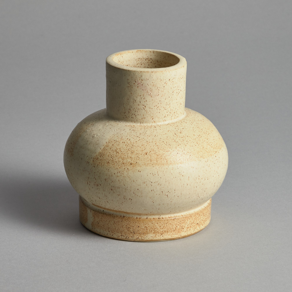 Craft - SÅLD Beige Klotvas med hals vas Alva Ekberg